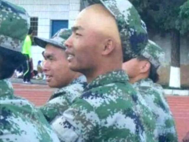 今年的军训也太好笑了哈哈哈哈哈哈哈哈哈