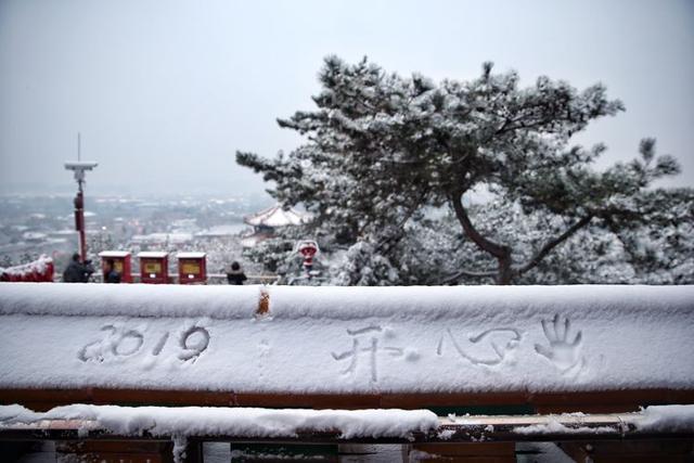 """初雪后的北京美翻了!游客景山之巅""""扎堆""""赏雪"""